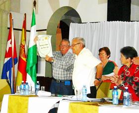 Manuel Barros, actual delegado de España Exterior en Cuba, recibió la distinción en representación de la familia.