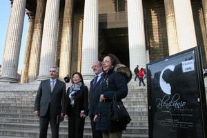 Las autoridades asistentes a la inauguración posan delante de la sede de la exposición, la iglesia de La Madelaine.