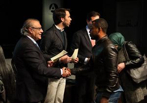 Un momento de la entrega de diplomas con Jesús Fermosel en primer plano.