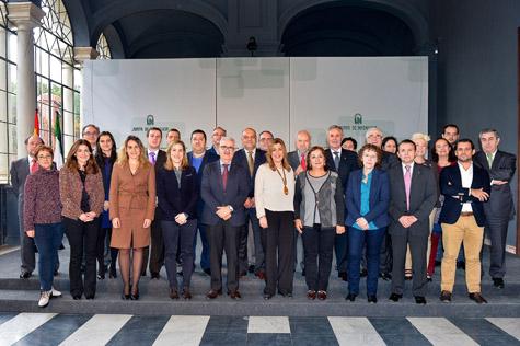 La presidenta de la Junta, Susana Díaz, y los asistentes a la reunión; entre los representantes del exterior, los miembros de la Permamente t del Pleno.