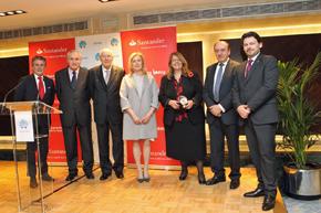 Elvira Rodríguez, tercera por la derecha, junto a directivos de Aegama, el delegado de la Xunta en Madrid y el secretario da Emigración.