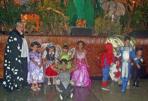 Teresa Rodríguez (izq.) con niños y niñas disfrutando el Carnaval.