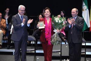 El vicepresidente Manuel Jiménez Barrios entregó una distinción a Carmen Linares como Andaluza Ilustre 2015.