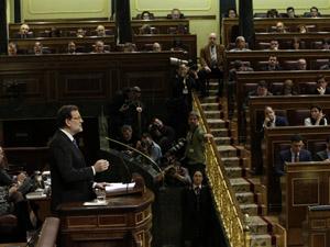 El presidente del Gobierno, Mariano Rajoy, interviene durante el Debate sobre el Estado de la Nación ante el líder del PSOE, Pedro Sánchez (al fondo).