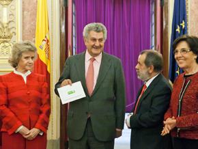 La Defensora del Pueblo, Soledad Becerril (i) entregó al presidente del Congreso, Jesús Posada (c) el Informe 2014.