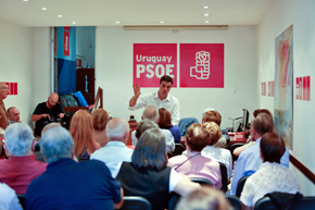Pedro Sánchez con los militantes del PSOE en la capital uruguaya.