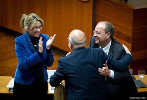 El presidente Monago y la vicepresidenta Cristina Teniente felicitan al consejero  José Antonio Echávarri tras la aprobación.