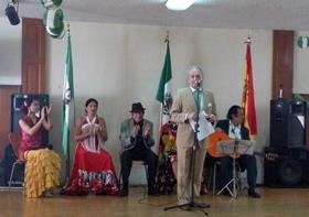 El presidente de la Casa de Andalucía de México, Rafael Gómez, se dirige al público.