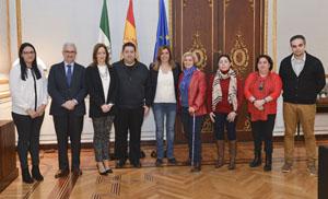 La presidenta junto a los representantes de la Federación Española de Asociaciones de Emigrantes Retornados.
