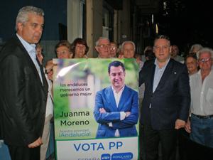 López Dobarro, izquierda, y Alfredo Prada, derecha, en el acto de pegada de carteles en Buenos Aires.