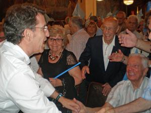 El presidente del PP de Galicia recibió el cariño de los emigrantes.