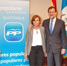 El presidente del PP, Mariano Rajoy, con la presidente del Partido Popular de España en Guatemala, Mª José Arnal.