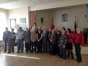 El ministro Margallo con un grupo de 'niños de la guerra' en el Centro Español de Moscú.