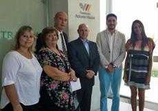 Leandro Pavón, segundo por la derecha, con directivos de la Fundación Antonio Viladot.