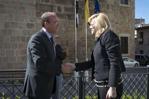 El presidente del Gobierno de Extremadura, José Antonio Monago, saluda a la comisaria europea de Política Regional, Corina Cretu.