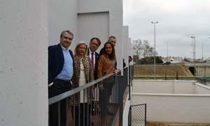 Del Moral (centro) en la visita a una de las viviendas adjudicadas.
