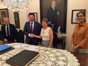 Antonio Rodríguez Miranda y Regina Jallas tras la firma del convenio.