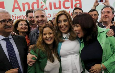 Susana Díaz celebra los resultados con miembros de su partido.