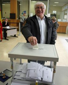 Un emigrante depositando su voto en la urna instalada en el Consulado de España en París.