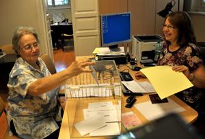Antonia, nieta de emigrantes, depositando su voto en el Consulado de Montevideo.