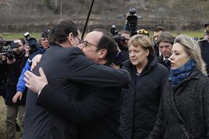Los presidentes de España y Francia, Mariano Rajoy y François Hollande, se abrazan al llegar a las inmediaciones de la tragedia en presencia de la alemana Angela Merkel.