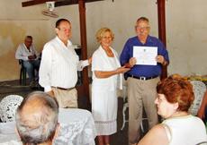 Marina del Pilar García Moreira entrega el diploma a Manuel Barros.