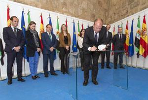 El presidente de Extremadura, José Antonio Monago, firma el decreto en presencia de los miembros de su Gobierno.