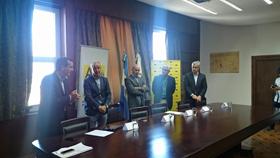 Directivos de la colectividad y de la AGC durante la firma del convenio.