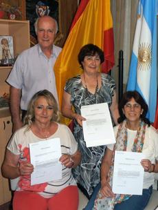 Las socias mostrando los certificados.