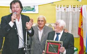 Juan Pérez Sáez (d) recibió una distinción del presidente de la Asociación Española de Puerto Madryn, Alcides Soria.
