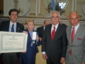 Rodríguez Cantero y Paredes exhiben el diploma y la medalla otorgados junto a Miras Portugal y al consejero de Empelo en Argentina, Santiago Camba.