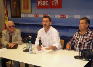 Roberto Jiménez -centro- en la sede del PSOE en Buenos Aires.
