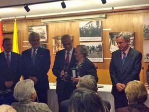 Judith Gómez se dirige al público tras recibir la Medalla de la Emigración de manos de Aurelio Miras.