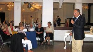 Cándido Padrón se dirige a los miembros de la Sociedad Islas Canarias de Montevideo.