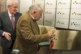 Juan Goytisolo introduce el legado en la Caja de las Letras ante la mirada de Víctor García de la Concha.