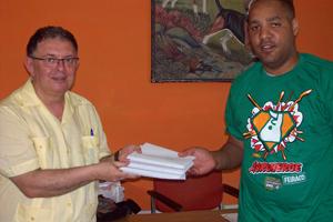 A Raidel Mirabal le entregó las cartas de los alumnos del instituto de Negreira.