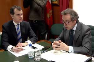 De Santiago-Juárez y José Miguel Herrero, secretario general de la Consejería, en el acto.