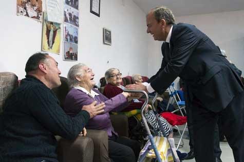 El presidente de Extremadura, José Antonio Monago, saluda a varios usuarios del Centro de Día de Casas del Monte.