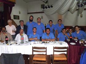 Los miembros del equipo con directivos del Centro Pontevedrés.