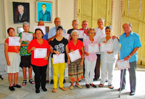 Los asociados que recibieron el diploma por sus cincuenta años en la entidad.