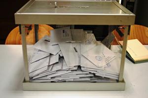 Votos de emigrantes en una urna.