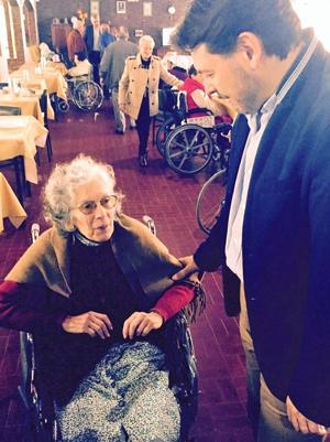 Con una de las residentes en el Hogar.