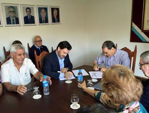 Firmando el convenio en Santos.