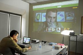 Pedro Sánchez habló por videoconferencia con algunos jóvenes residentes en el extranjero.
