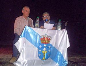El presidente de Valle Miñor, Carlos Barcia, derecha, junto al conferenciante Martín Rodríguez Caridad
