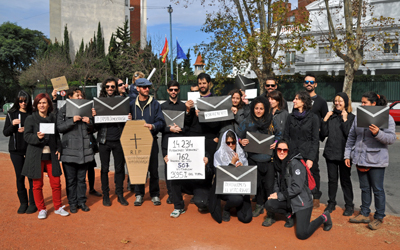 Jóvenes españoles residentes en Montevideo protestan contra el voto rogado frente a la Embajada.