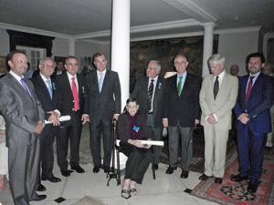 Todos los condecorados posan junto a las autoridades diplomáticas y los visitantes Miras Portugal y Rodríguez Miranda.