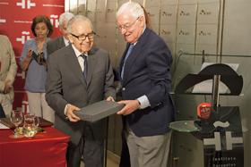 Víctor García de la Concha ayuda a García Baena a sostener el legado que permanecerá guardado durante medio siglo.