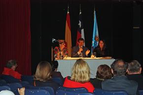 La presidenta del Lar Gallego de Chile, María Myriam López Marín, el secretario, Francisco Bustos, y Alicia Alonso.