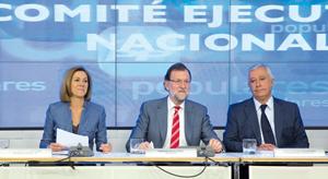 El presidente del PP, Mariano Rajoy, con María Dolores de Cospedal y Javier Arenas, en el Comité Ejecutivo Nacional.